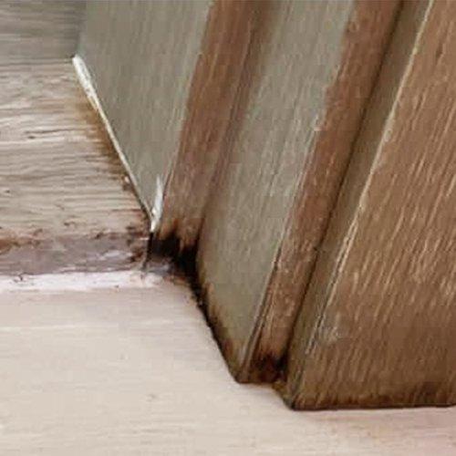 木質的材料最易留下跡象,所以記得驗清楚廁所的門邊,上圖的黑色漬就是漏水造成